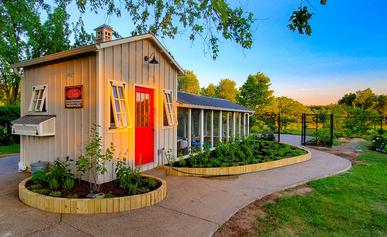 Carolina Coops 10 'x 40' Craftsman Coop in Michigan with surrounding chicken garden
